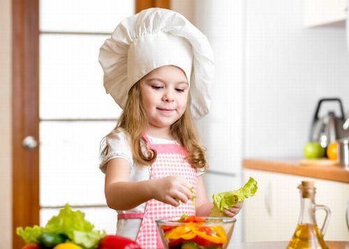 Mädchen bereitet Salat zu