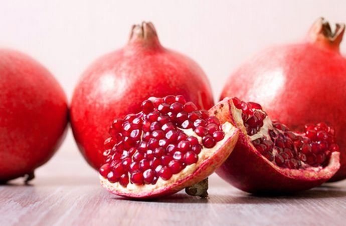 Granatapfel: ganz und aufgeschnitten